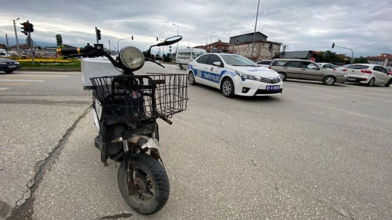 Elektrikli bisiklet otomobile çarptı