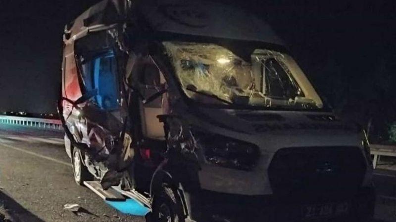 Doğum vakasından dönen ambulans kaza yaptı