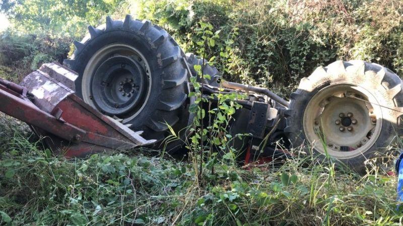 Traktörün altında kalan baba-oğul yaralandı