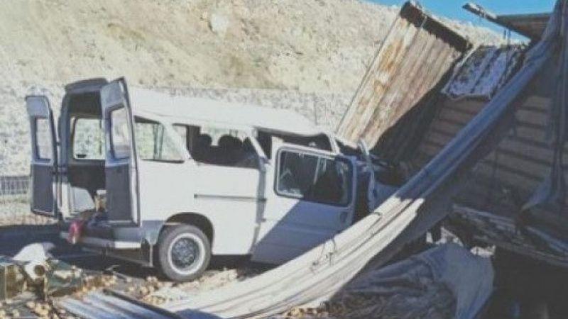 Erzurum'da tır ile minibüs çarpıştı: 2 yaralı