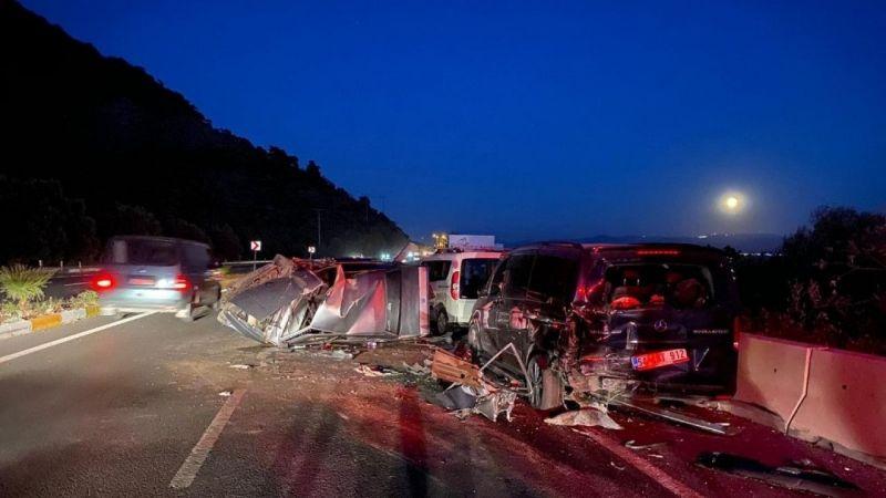 Otomobil park halindeki iki araca çarptı: 2 yaralı
