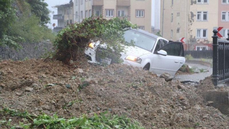 Rize'deki heyelanda bir araç toprak altında kaldı