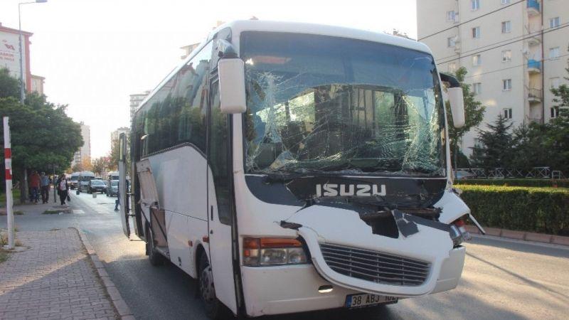 Kayseri'de işçi servisi kamyona çarptı: 3 yaralı