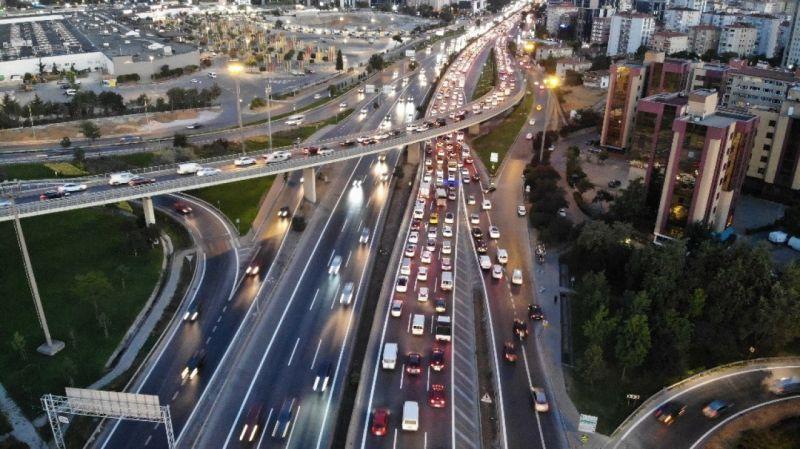 İstanbul'da haftanın son iş günününde trafik kilitlendi