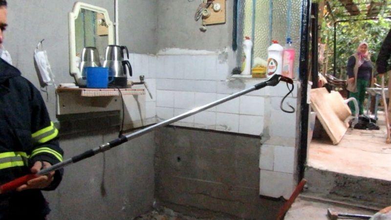 Afyonkarahisar Sandıklı'da bir evin bodrum katına giren yılanı itfaiye çıkardı