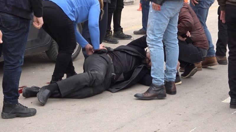 Kırıkkale'de  bir şahıs kendisini tabancayla vuran kişiyi meydanda kurşunladı