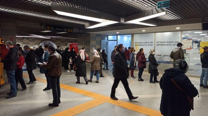 Bursa'da ulaşım kartına HES kodu tanıtmak isteyen vatandaşlar uzun kuyruklar oluşturdular