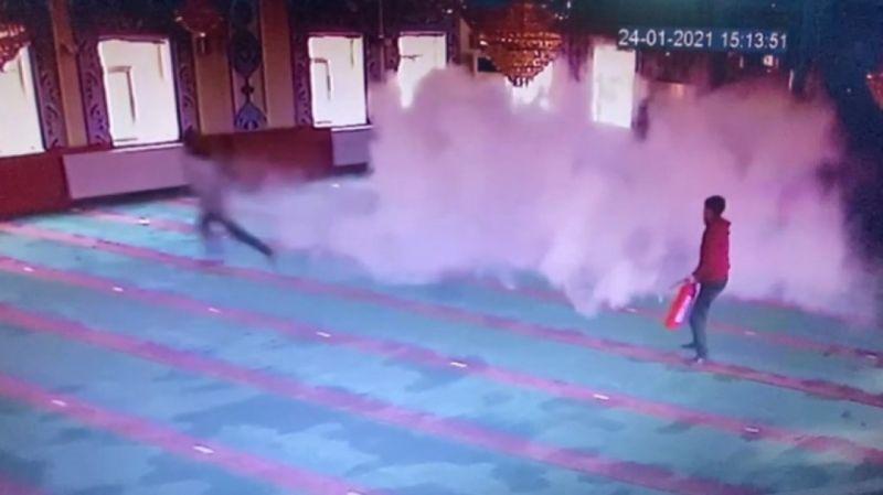 Isparta'da camiye giren 5 afacan çocuk yangın tüpü sıktı, malzemelere zarar verdi