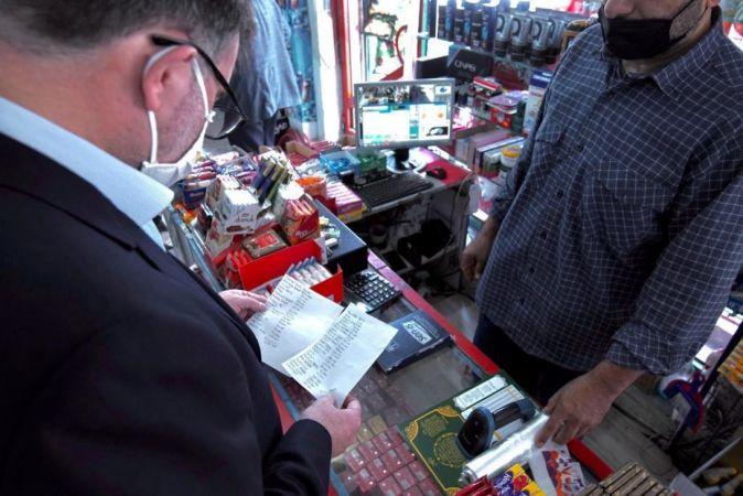 İzmir'de Zimem Defteri geleneği sürdürülüyor: Bakkallardaki borçları kapattılar | Son Dakika