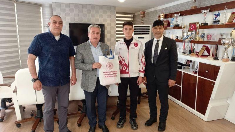 Taşkesenligil, şampiyon boksör Muhammed  Enes Kanar'ı kutladı