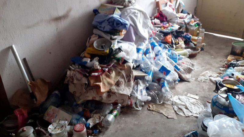 """""""Kokuyor"""" diye şikayet edilen evden tam 1 römork dolusu çöp çıktı"""