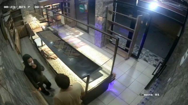 Dakikalarca kasaya ulaşmaya çalışan hırsız iş yeri sahibine yakalandı