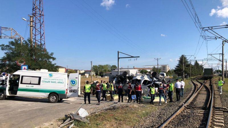 Trenin işçi servisine çarptığı kazada bilanço ağırlaşıyor: Ölü sayısı 6'ya yükseldi