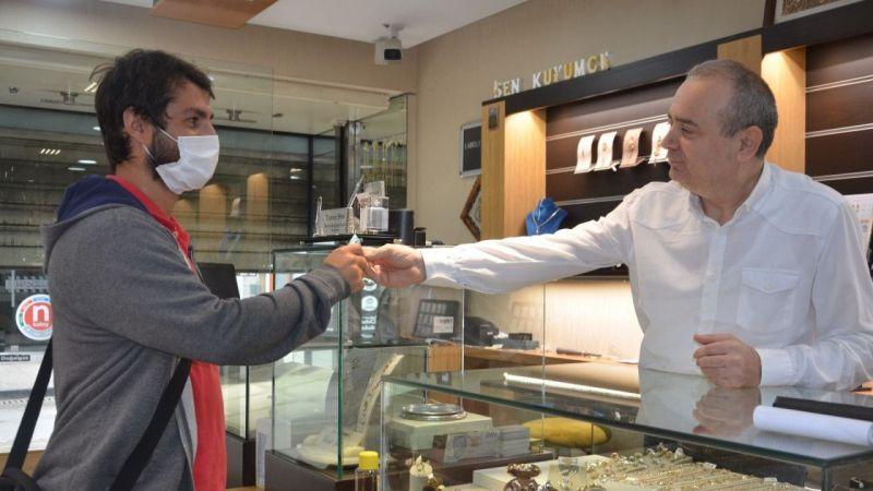 29 yıldır geleneğini bozmadı: Kapıdan ilk giren müşterilerine altın verdi  Son Dakika
