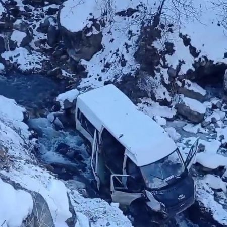 Hakkari Minibüs dereye uçtu 5 yaralı