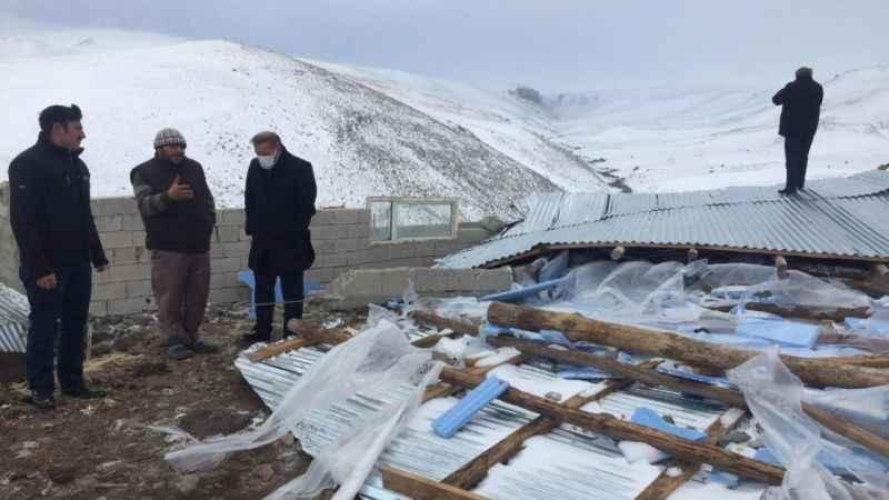 Erzurum şiddetli rüzgar ahırın çatısını uçurdu!