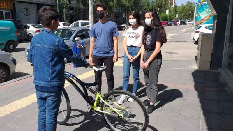 Küçük çocuğun bisiklet hayalini gerçekleştirdiler!