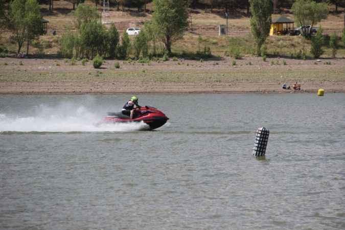 Teke Deresi Gölet'inde su sporları adrenalin dolu anlar yaşatıyor!