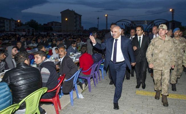 Vali Zorluoğlu, 5 bin Çaldıranlı vatandaş ile kardeşlik sofrasında iftar açtı