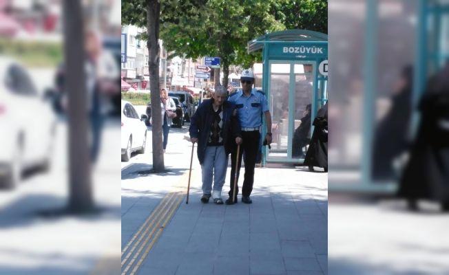 Trafik polisinin örnek davranışı takdir topladı