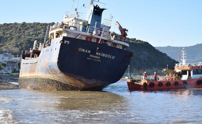 İzmir'de karaya oturan yük gemisi kurtarıldı
