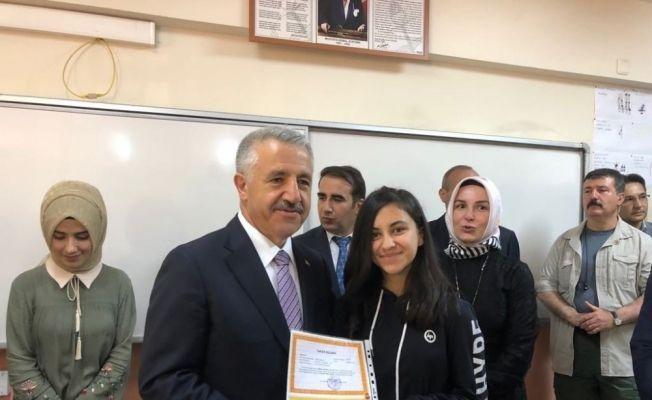 Bakan Arslan, Kağızman'da karne dağıtım törenine katıldı
