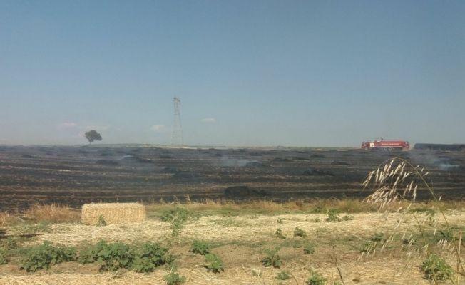 Yangın, 35 dönümlük alandaki balyaları küle çevirdi
