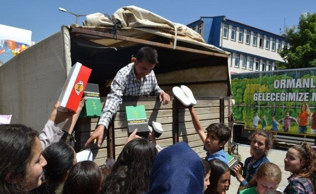 Şuhut'ta takdir alan öğrencilere ayakkabı hediyesi