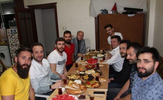 AK Parti'li aday sahuru öğrencilerle yaptı