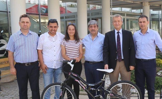 Başkan Uysal, en çok kitap okuyan öğrenciye bisiklet hediye etti