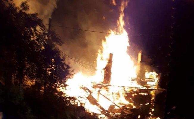 Kastamonu'da iki katlı ahşap bina yangında küle döndü