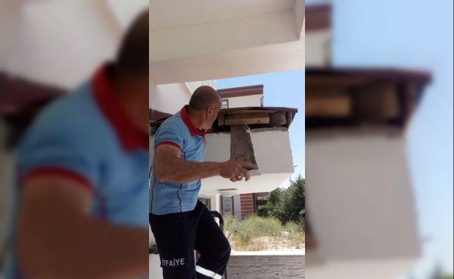 Çatı katında sıkışan yavru kediyi itfaiye kurtardı