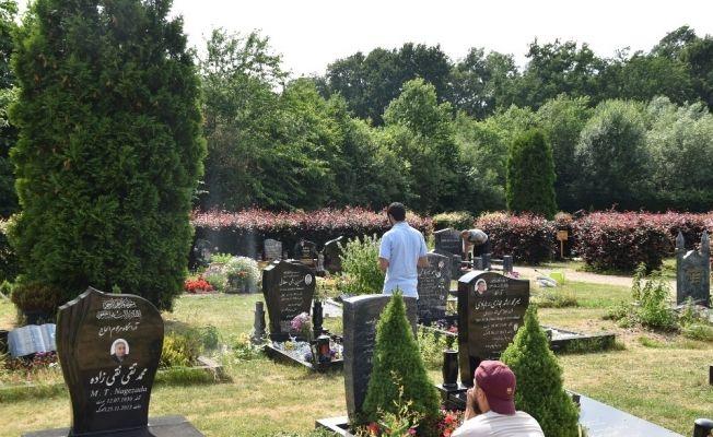 Almanya'daki Türkler Arife günü mezarlıkları ziyaret etti