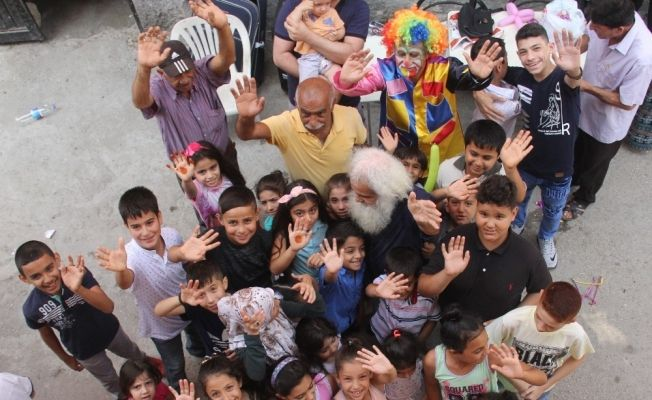 Bayram ikramiyesini yoksul çocuklara dağıttı