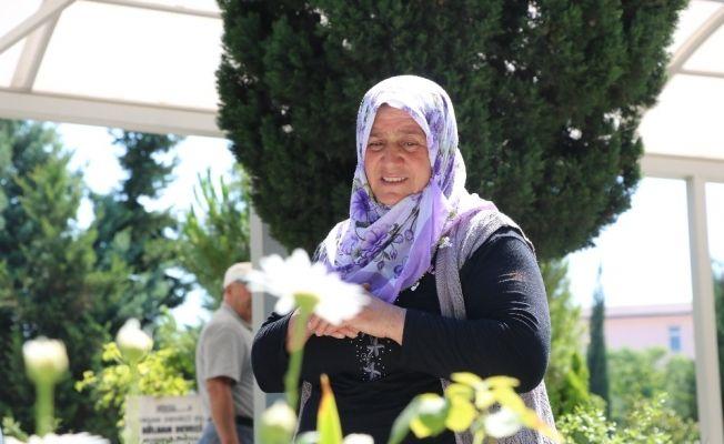Şehidin annesi oğlunun mezarını eliyle temizledi