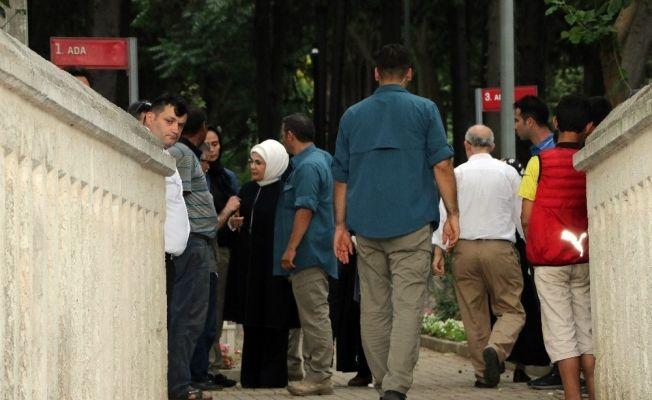 Emine ve Sümeyye Erdoğan'dan mezarlık ziyareti