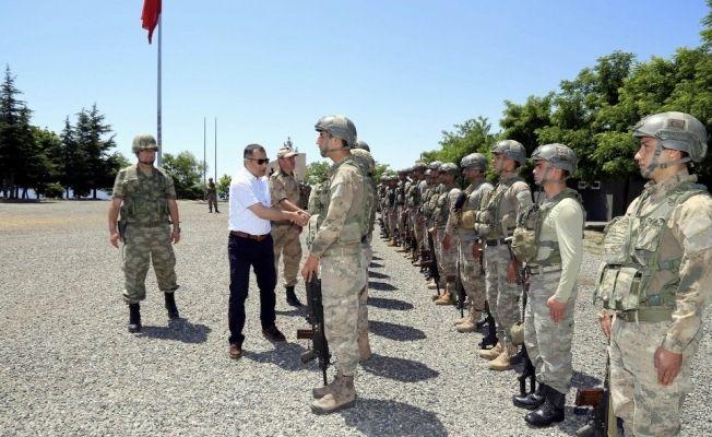 Başkan Çelik, Mehmetçik'le bayramlaştı