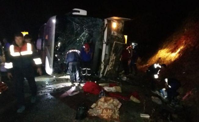 Karaman-Mut Karayolu Sertavul geçidinde bir yolcu otobüsünün devrilmesi sonucu ilk belirlemelere göre, 5 kişi öldü, çok sayıda kişi yaralandı. Olay yerine çok sayıda ambulans sevk edildi.