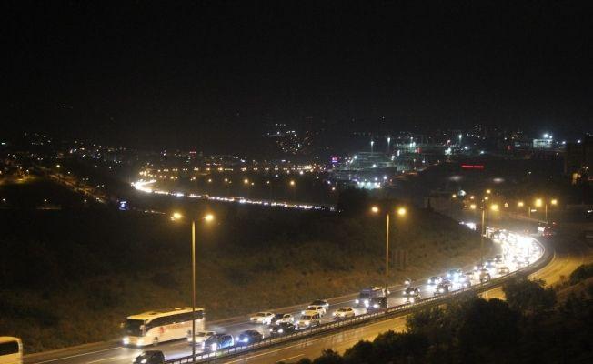 Bayram tatilcilerinin dönüşü gece saatlerinde de TEM'i kilitledi