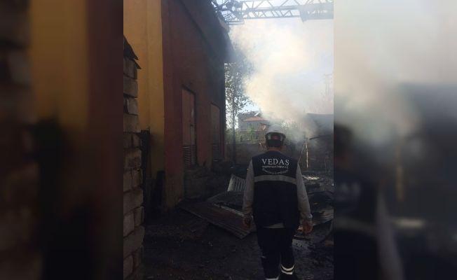 Van'da kömürlük ve depo yangını