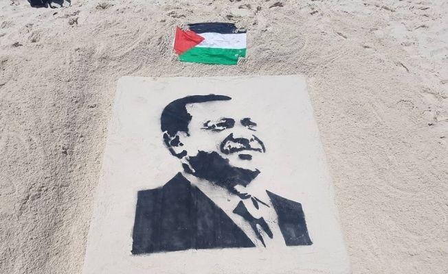 Filistinli gazi, Cumhurbaşkanı Erdoğan'ın resmini Gazze sahiline çizdi