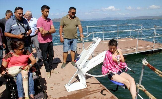 Engelliler için yüzer güneşlenme terası yapıldı