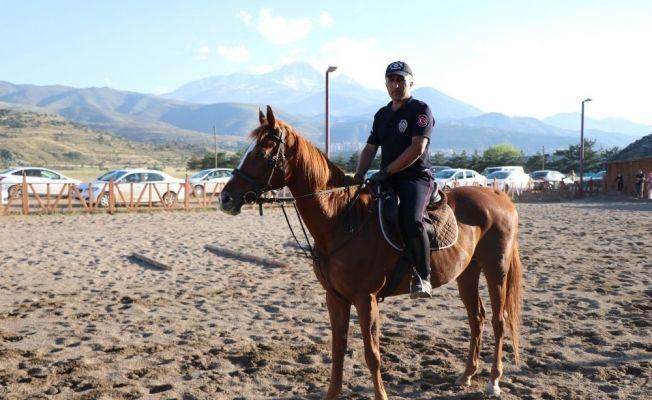 Kayseri'de atlı birlik çiftliği