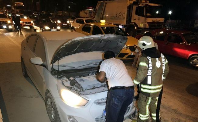 Beyoğlu'nda seyir halindeki araç alev aldı