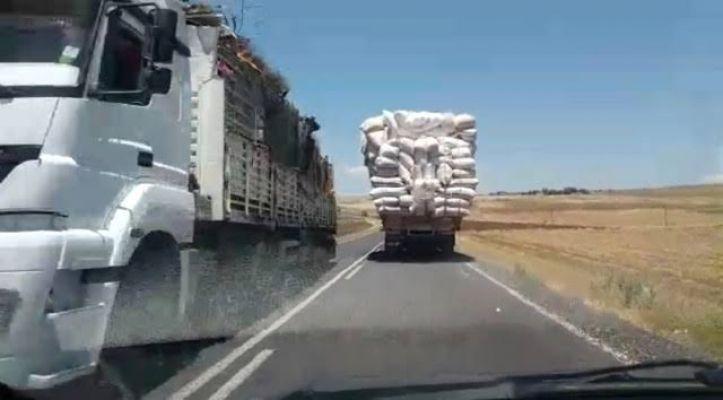 Kahramanmaraş'ta saman yüklü kamyon trafikte beşik gibi sallandı