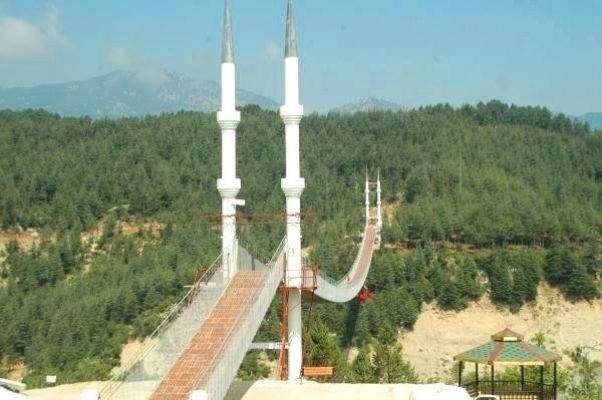 Andırın'daki bu köprü ziyaretçi akınına uğruyor