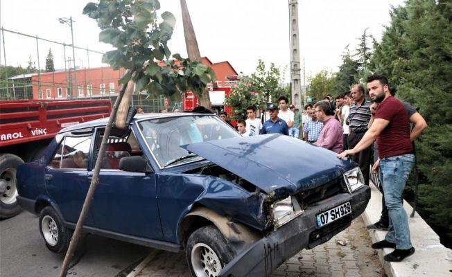 Isparta'da otomobil okul bahçesine düştü