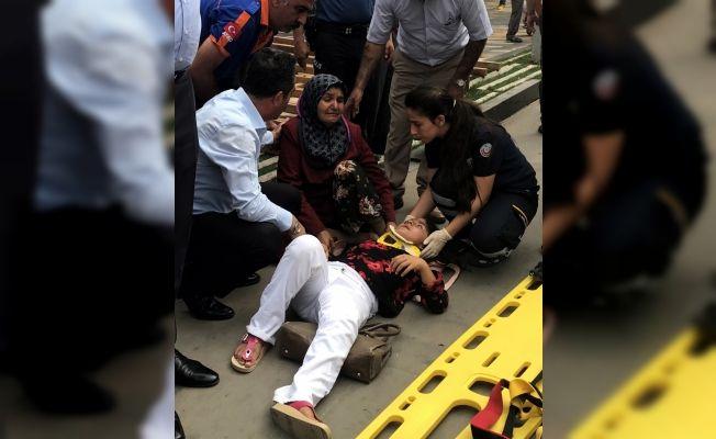 Kahramanmaraş'ta reklam tabelası anne ve kızının üzerine düştü