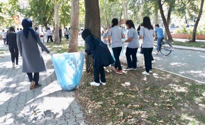 Akşemsettin Mesleki ve Teknik Anadolu Lisesi öğrencilerinden çöp toplama etkinliği