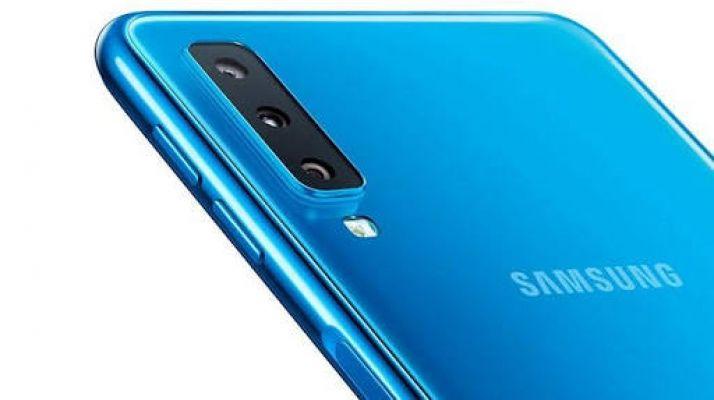 Samsung üç arka kameralı telefonu Galaxy A7'yi tanıttı